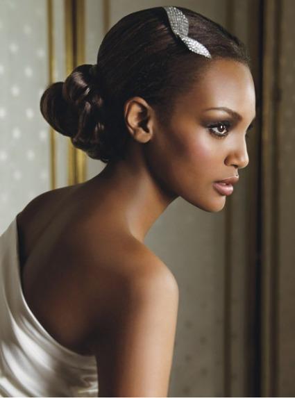 Muito elegante, o coque baixo feito com o cabelo liso, tem o visual complementado com uma linda fivela de strass.