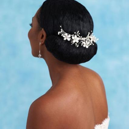 Outra opção de coque, marcado com uma coroa como enfeite, para um cabelo mais volumoso.