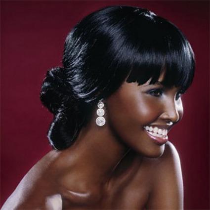 Para as noivas mais modernas! Lindo penteado com os cabelos bem lisos e uma charmosa franja.