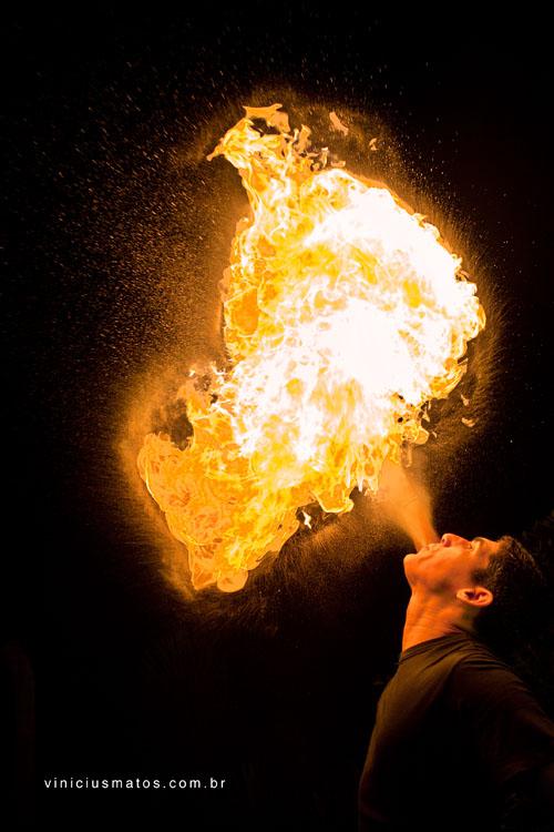cuspindo_fogo