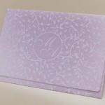 A impressão no envelope das folhagens e monograma conferem ares de convite contemporâneo.